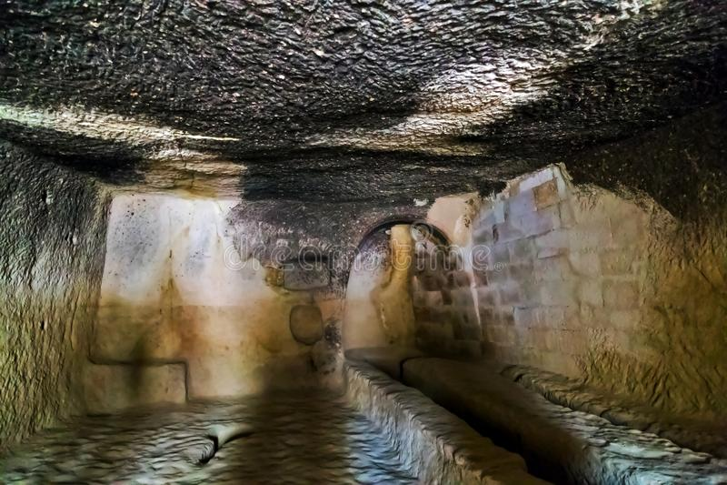 Stanza nel monastero della caverna immagini stock libere da diritti