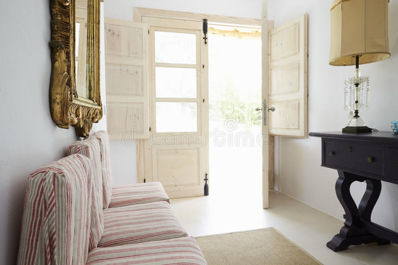 Stanza nella casa moderna con il francese aperto Windows fotografie stock