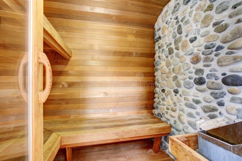 Stanza perfetta di sauna con le pareti ed il banco di legno immagine stock libera da diritti