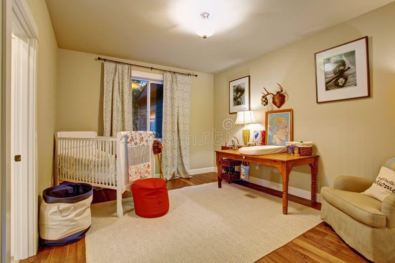 Stanza piacevole del bambino con il pavimento di legno duro fotografia stock libera da diritti
