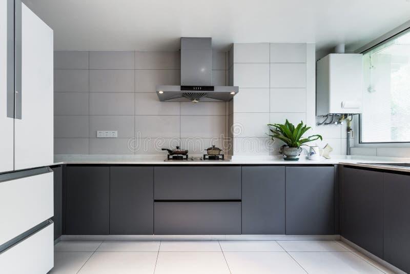 Stanza pulita e bianca della cucina fotografia stock