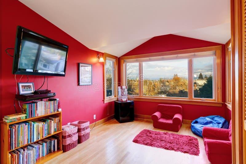 Stanza rossa luminosa con la TV fotografia stock libera da diritti