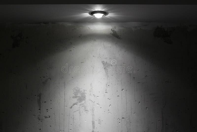 Stanza scura con la luce del punto fotografia stock libera da diritti