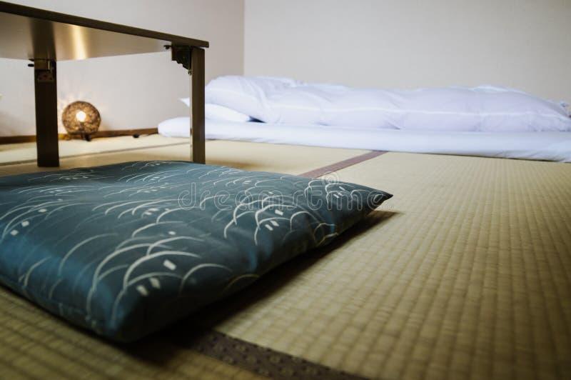 Stanza tradizionale di Ryokan del giapponese con le stuoie di tatimi ed il futon, Giappone fotografia stock