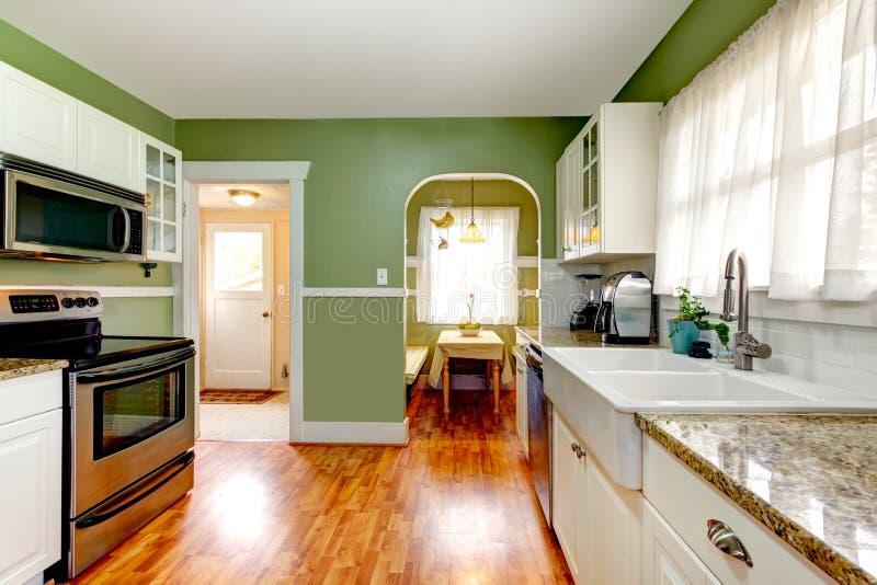 Stanza verde della cucina con area pranzante immagini stock libere da diritti