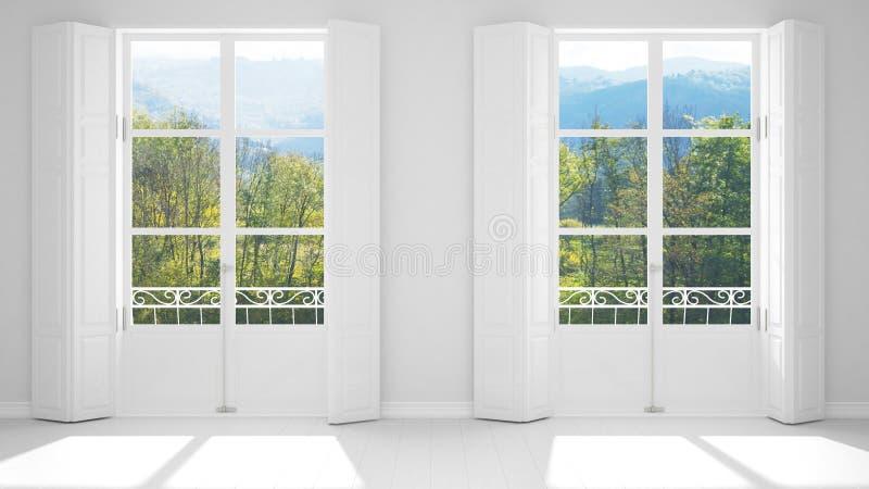 Stanza vuota alla moda con il primo piano panoramico delle finestre, otturatori classici, balcone classico Parco verde, prato con fotografia stock libera da diritti