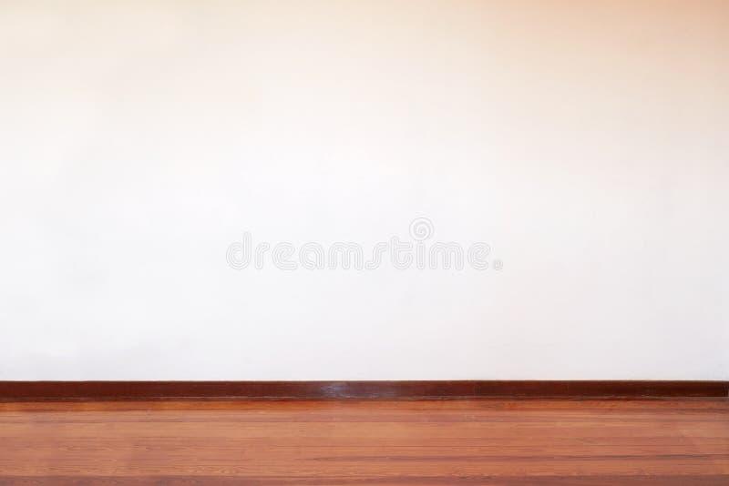 Stanza vuota con il pavimento di legno e la parete in bianco in una casa di campagna fotografia stock libera da diritti
