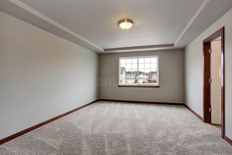 Stanza vuota del seminterrato con le pareti bianche il for Aprire le planimetrie con seminterrato