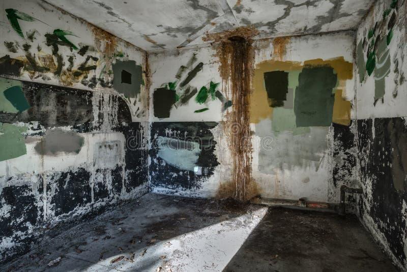 Stanza vuota in fortificazione abbandonata fotografie stock