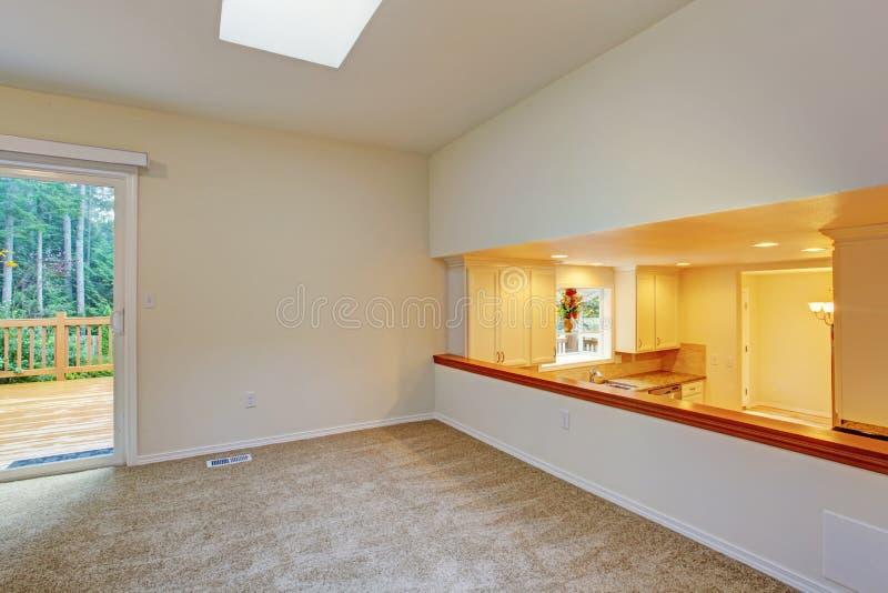 Stanza vuota luminosa con la vista della piattaforma e della cucina dell'uscire in segno di disapprovazione immagini stock