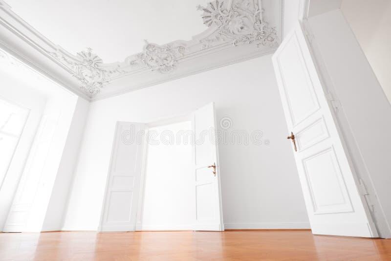 Stanza vuota nel piano di lusso dell'appartamento con il soffitto di legno dello stucco e del pavimento fotografia stock