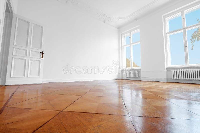Stanza vuota, nuova vecchia costruzione piana con il pavimento di parquet di legno immagini stock libere da diritti