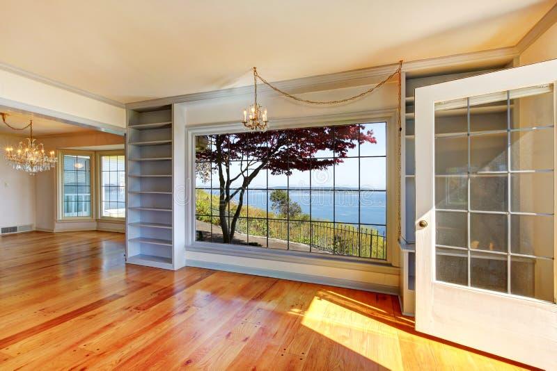 Stanze vuote con la vista dell'acqua e le grandi finestre. immagine stock libera da diritti