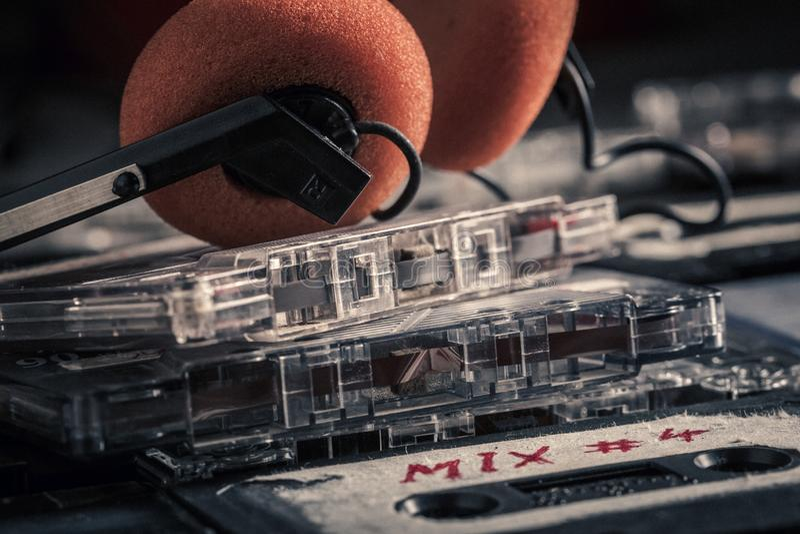 Stapel alte Audiokassetten und Kopfhörer stockbilder
