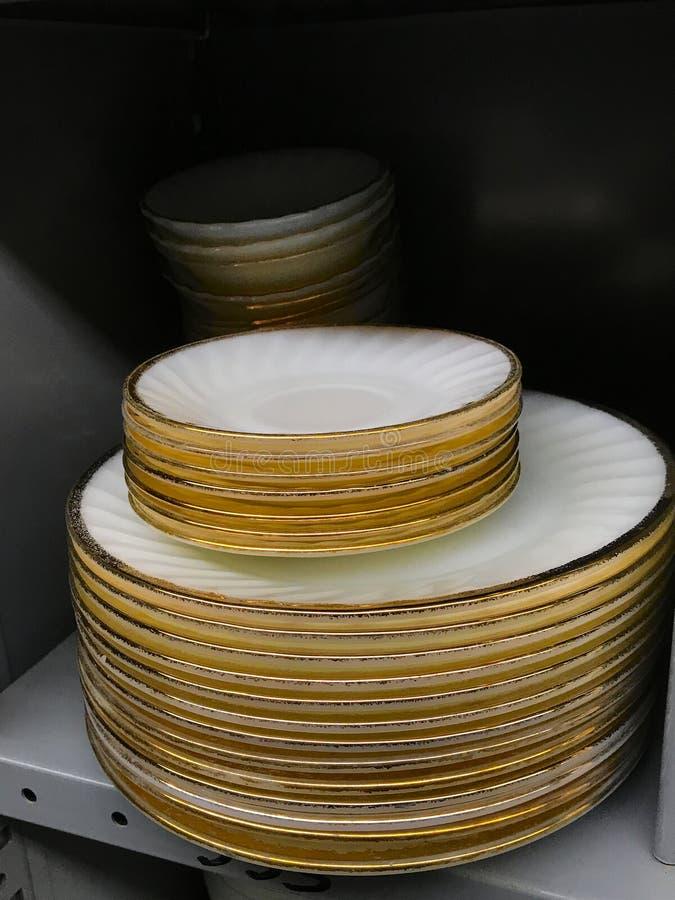 Stapel alte benutzte bunte Teller der großen Teller der Weinlese im Gebrauchtwarengeschäft lizenzfreie stockfotografie