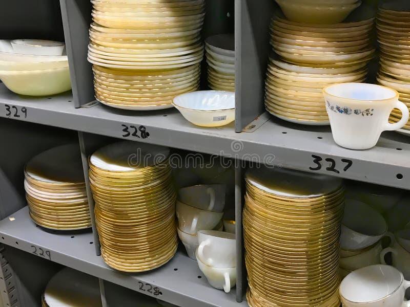 Stapel alte benutzte bunte Teller der großen Teller der Weinlese im Gebrauchtwarengeschäft stockfotos