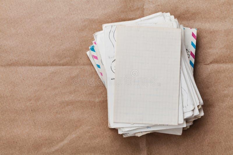 Stapel alte Umschläge und Buchstaben auf Kraftpapier, Draufsicht stockbilder