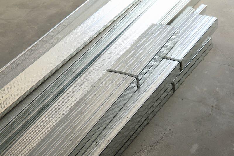 Stapel Aluminiumprofile auf einem konkreten Boden lizenzfreie stockfotos