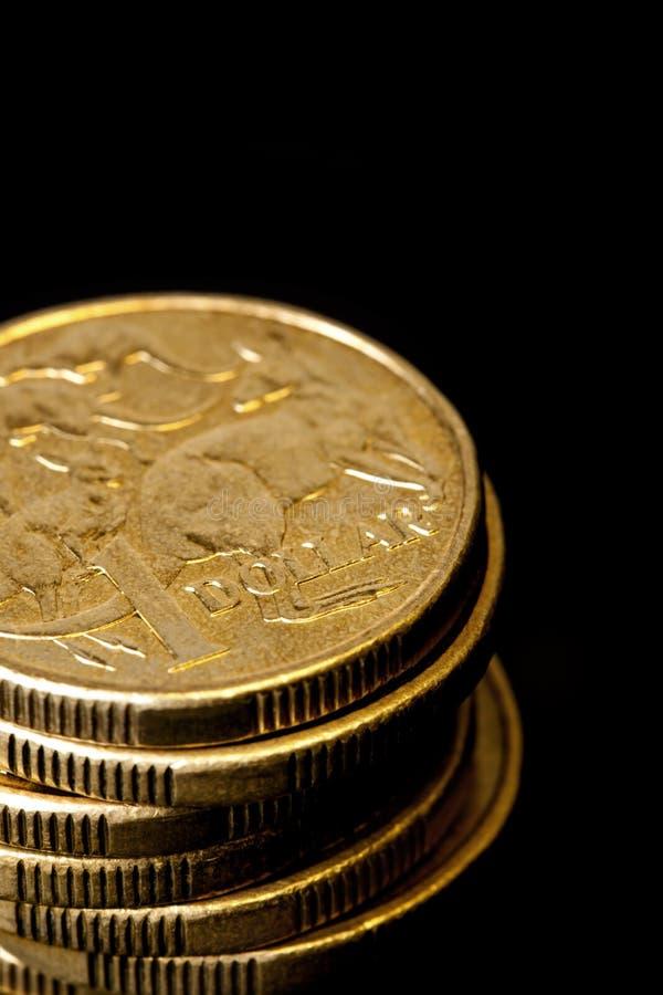 Stapel australische Dollar über schwarzem Hintergrund stockbilder