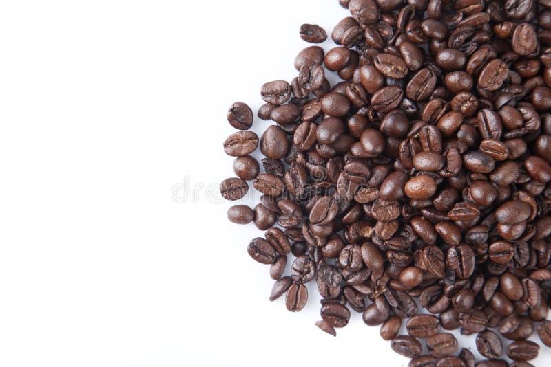 Stapel av grillade kaffebönor arkivbilder