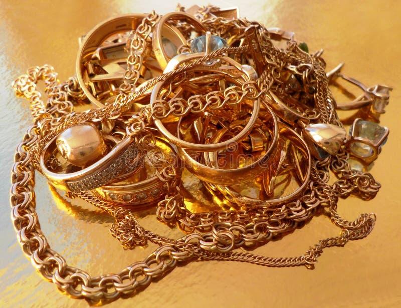 Stapel av guldsmycken royaltyfria foton
