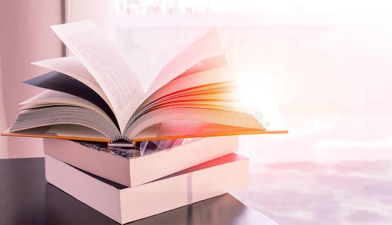 Stapel Bücher auf der Tabelle lizenzfreie stockfotos
