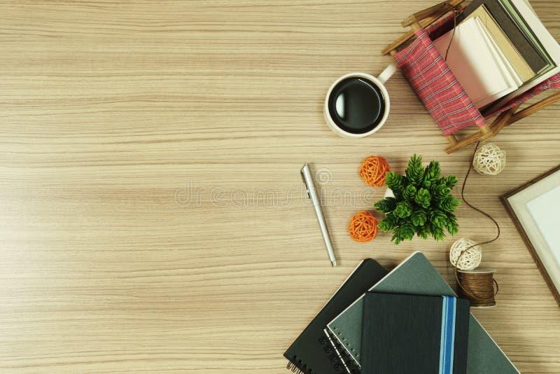 Stapel Bücher mit Grußkarten und Kaffee auf hölzernem Hintergrund lizenzfreie stockbilder