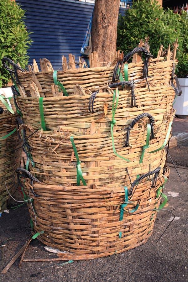 Stapel Bambusabfallkörbe stockbilder