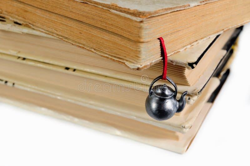 Stapel benutzte Bücher mit einem handgemachten Bookmark stockfotografie