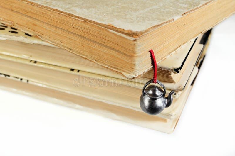 Stapel benutzte Bücher mit einem handgemachten Bookmark stockfotos