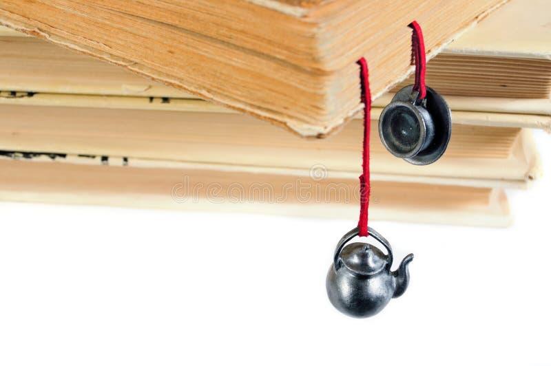 Stapel benutzte Bücher mit einem handgemachten Bookmark stockbilder