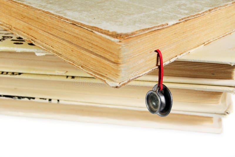 Stapel benutzte Bücher mit einem handgemachten Bookmark lizenzfreie stockbilder