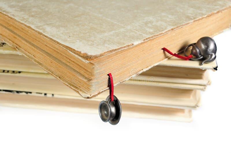 Stapel benutzte Bücher mit einem handgemachten Bookmark stockfoto