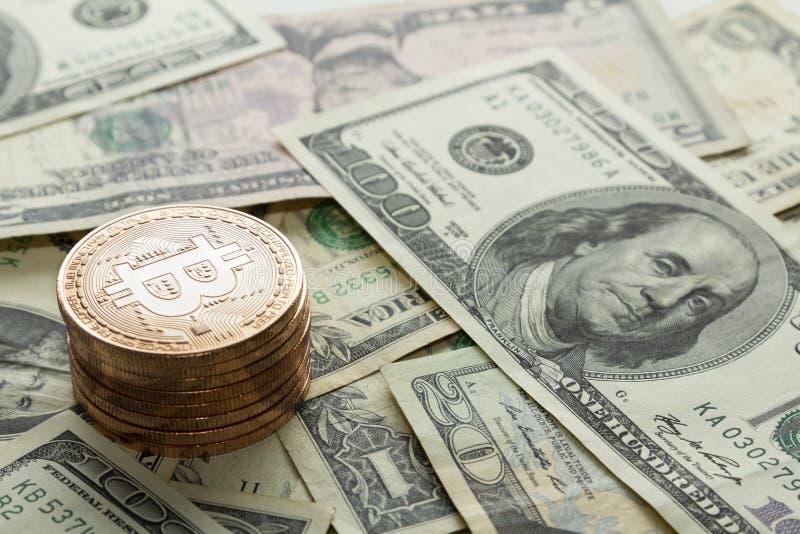 Stapel Bitcoin-muntstukken op de rekeningen van de dollarmunt stock foto