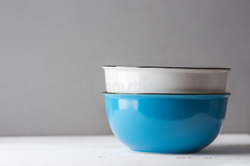 Stapel blaue und weiße keramische Schüsseln auf grauem Wandhintergrund der hölzernen Tabelle Kochen des backenden Kochgeschirrfrü stockfoto