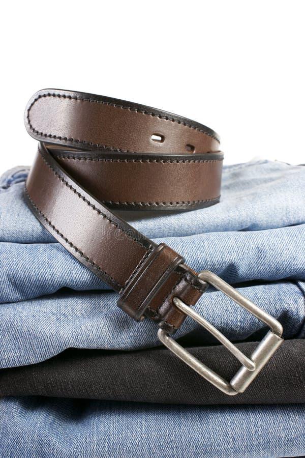 Download Stapel Blue Jeans Mit Braunen Gurten Stockfoto - Bild von dunkel, falte: 26374054