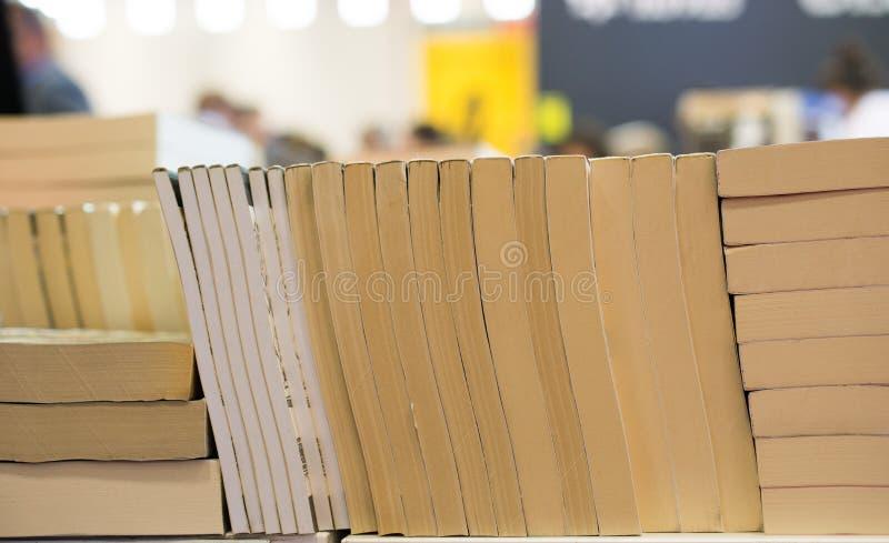 Stapel boeken als Onderwijs en bedrijfsconcept royalty-vrije stock afbeeldingen