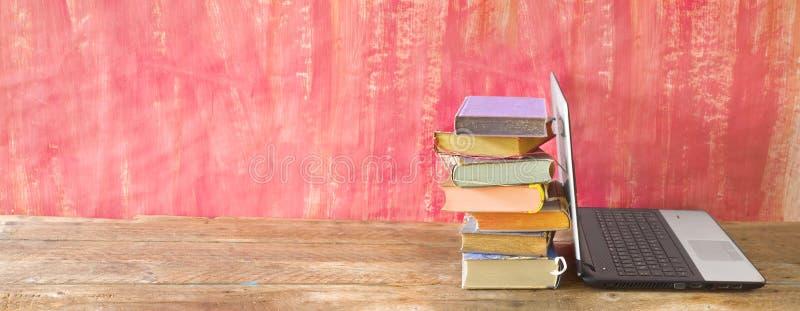 Stapel boeken en laptopcomputer, e-learning, leren, lezen, onderwijs, panorama, kopieerruimte royalty-vrije stock foto's
