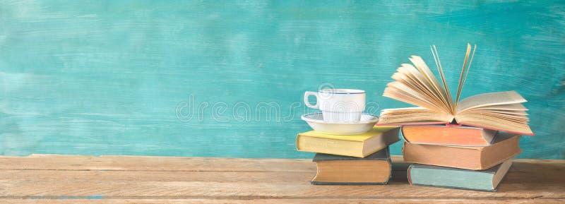 Stapel boeken, lezing, het leren, onderwijsconcept royalty-vrije stock afbeelding