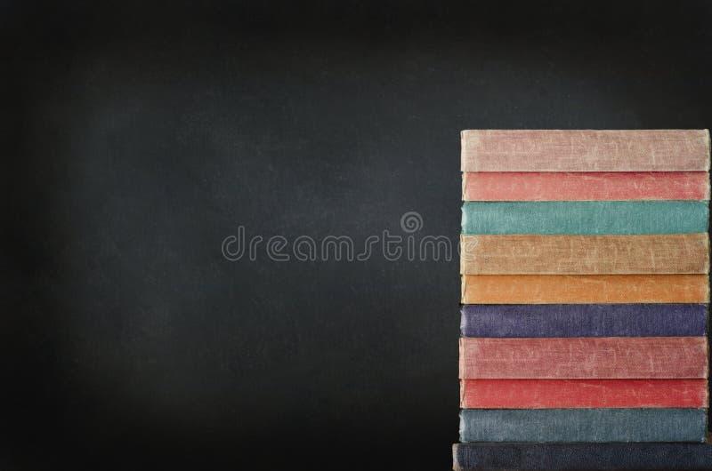 Stapel Boeken met Bord stock afbeelding