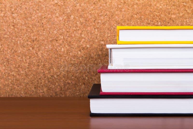 Stapel Boeken met Cork Board stock afbeeldingen
