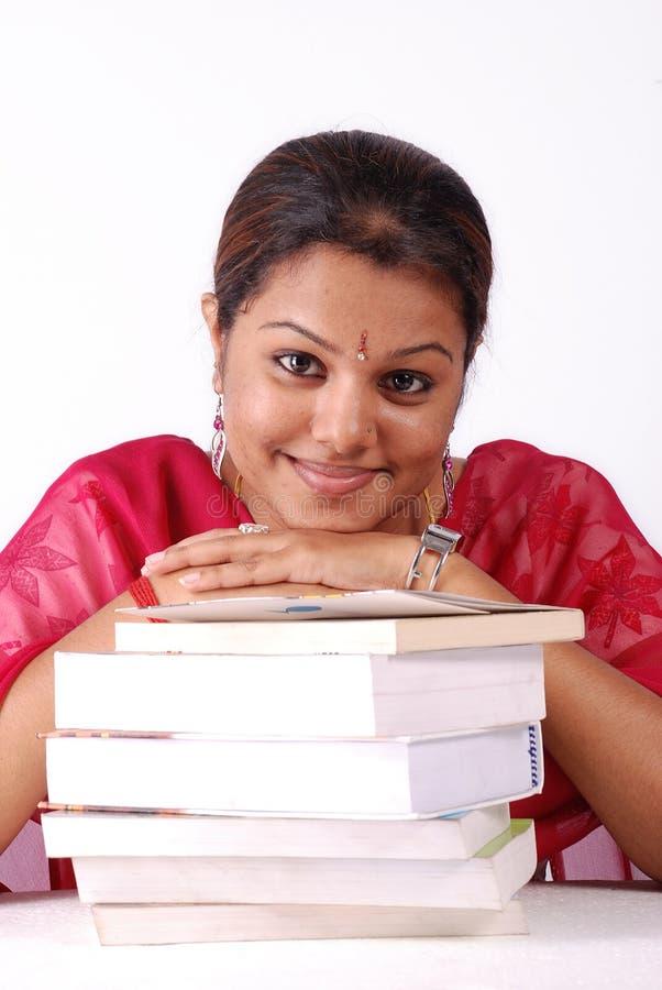 Stapel boeken met vrouwen stock afbeelding
