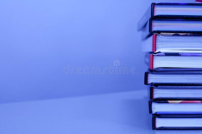 Stapel boeken op de lijst stock foto