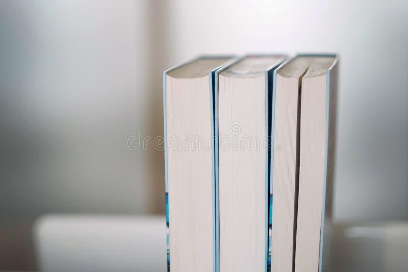 Stapel boeken op een plank royalty-vrije stock fotografie