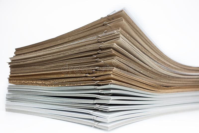 Stapel braunes und Weißbuch stockfotos