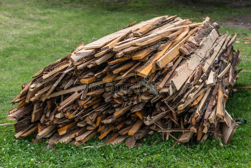 Stapel Bretter verwunden mit Stahldraht auf Gras lizenzfreie stockbilder