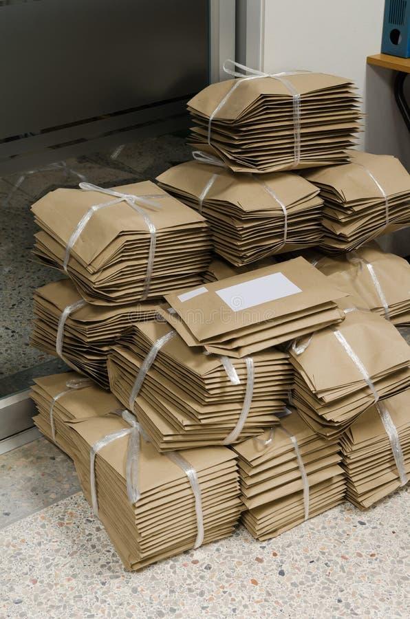 Stapel bruine enveloppen royalty-vrije stock afbeelding