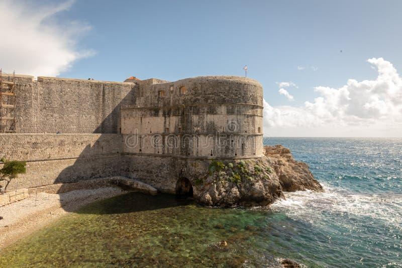 Stapel-Bucht und die Wand alter Stadt Dubrovniks in Kroatien stockfoto