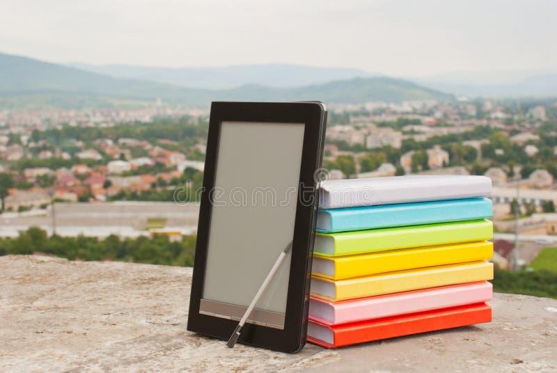 Stapel bunte Bücher mit Ebuch reade lizenzfreie stockfotos