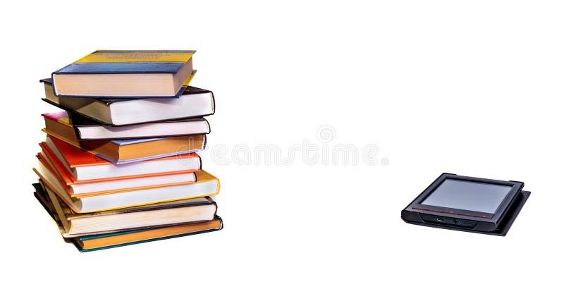 Stapel bunte Bücher mit elektronischem Buchleser Lokalisiert auf Weiß stockfotografie